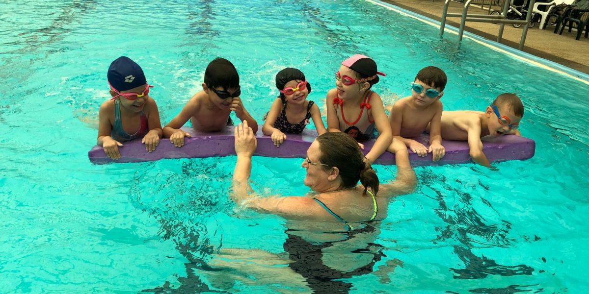 משחק לחיזוק הרגליים והקניית ביטחון במים העמוקים